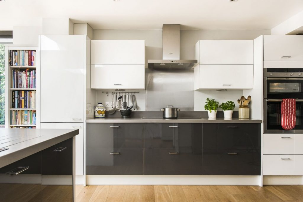 This image has an empty alt attribute; its file name is Monochrome-Two-Tone-Kitchen-1140x759-1-1024x682.jpeg